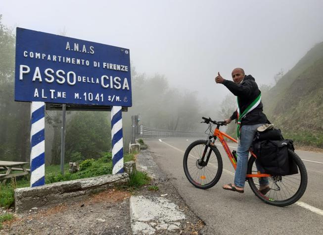 Dal Piemonte a Roma in bici, il sindaco-ristoratore in viaggio per restituire i 600 euro a Conte